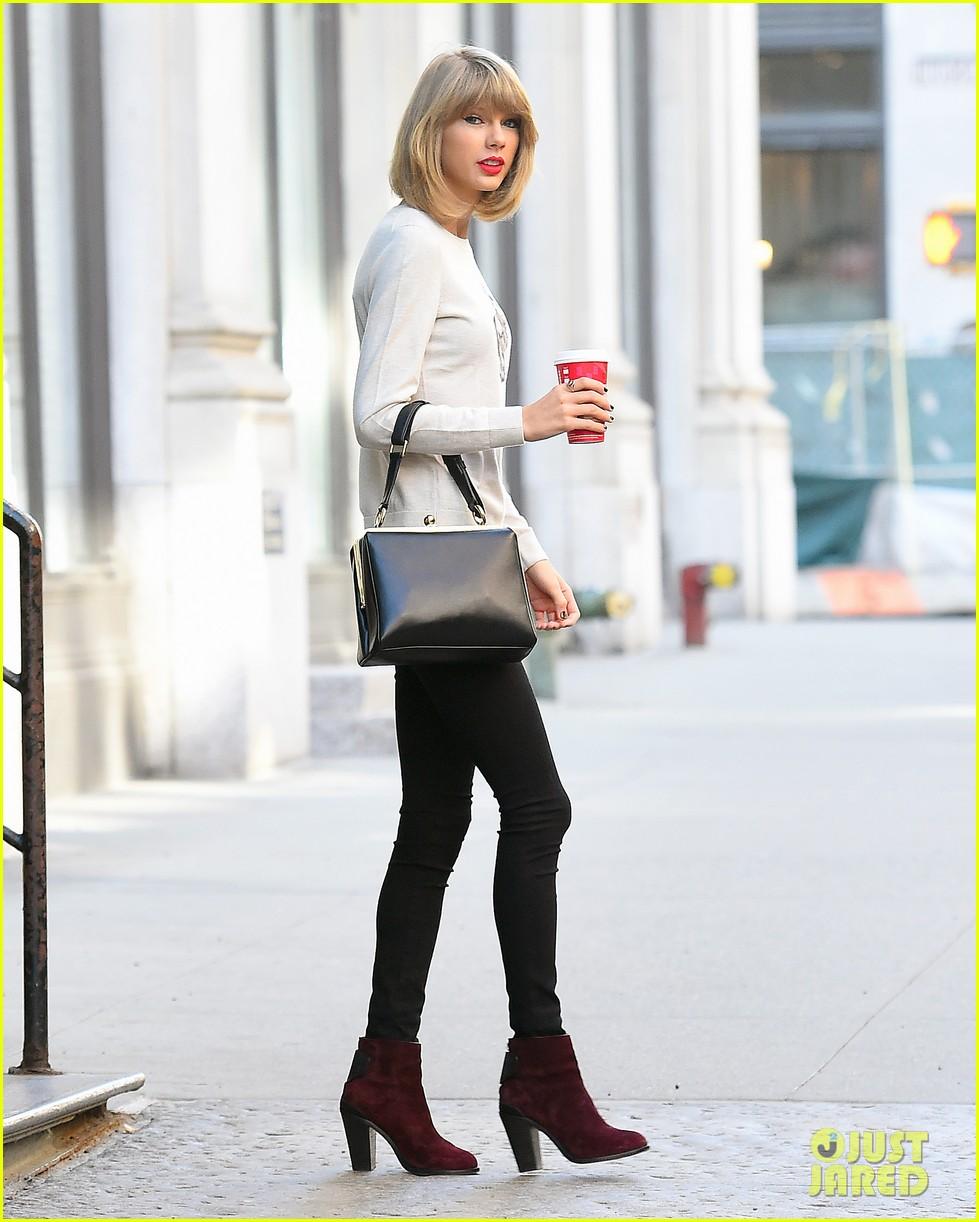 taylor swift jams out to blank space 013243352