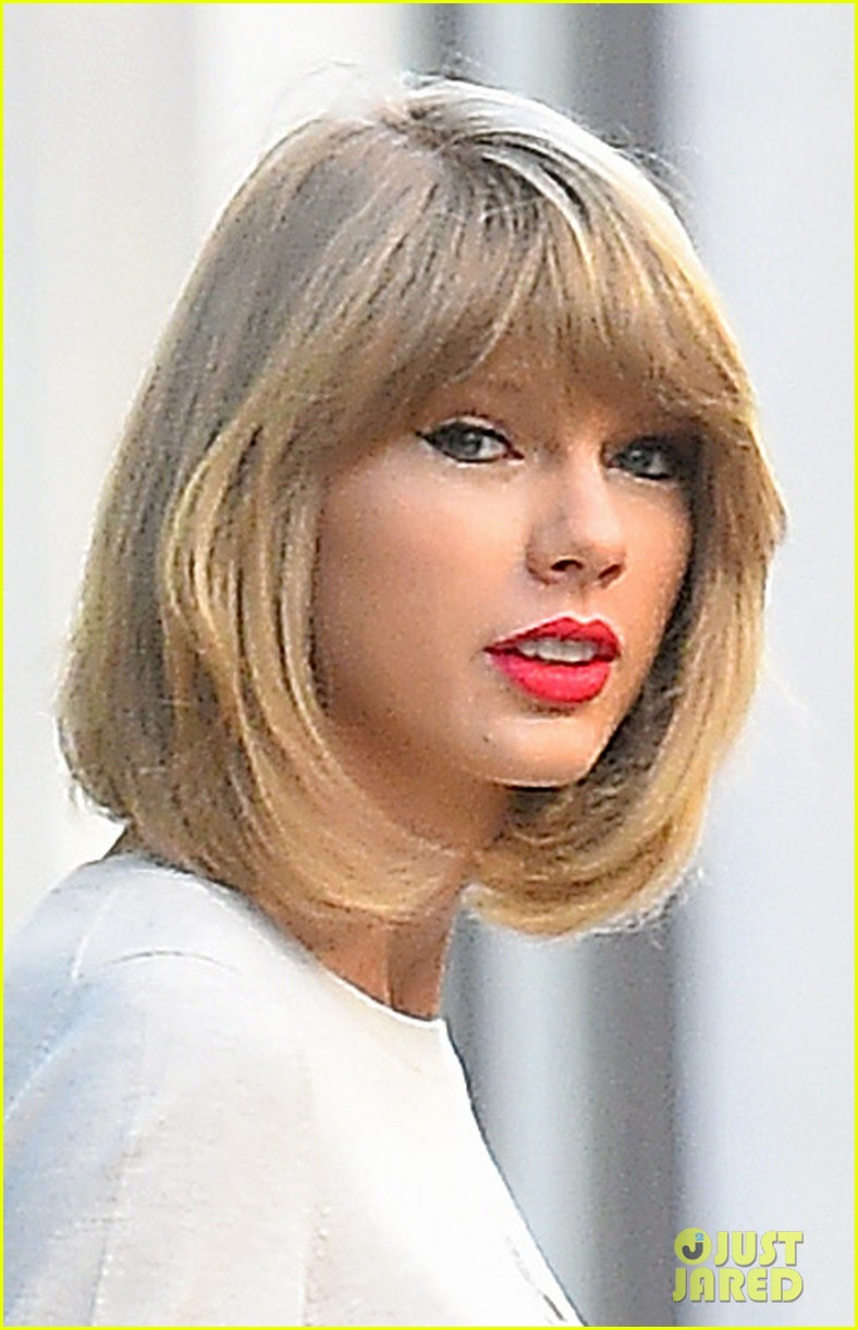 taylor swift jams out to blank space 043243355