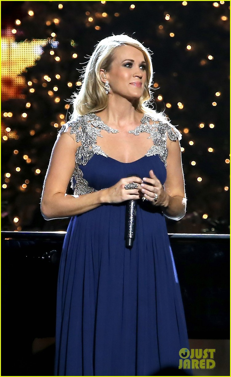 carrie underwood dishes on two pregnancy meltdowns 143237733