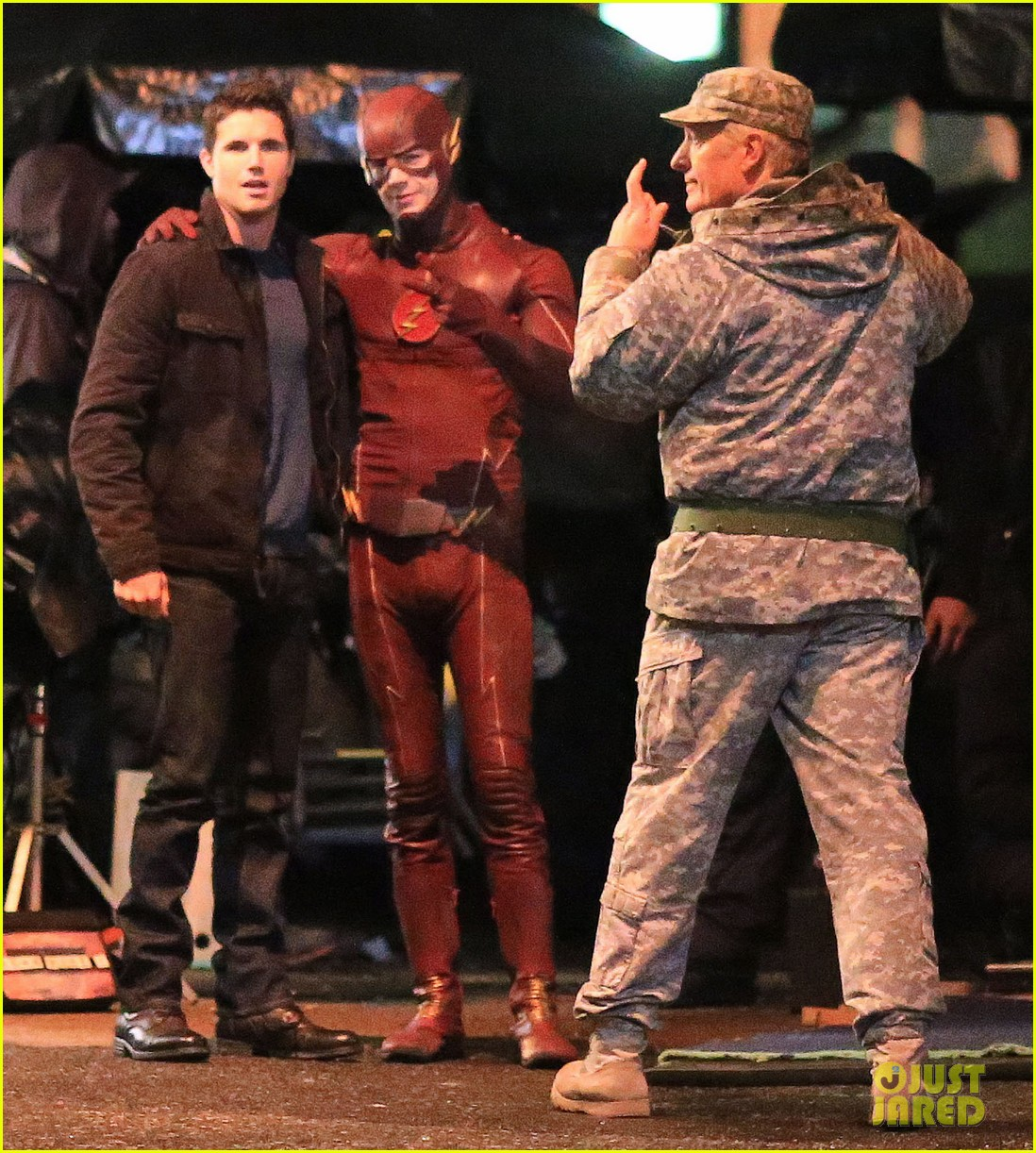 Robbie Amell Amp Grant Gustin Buddy Up On The Flash Set