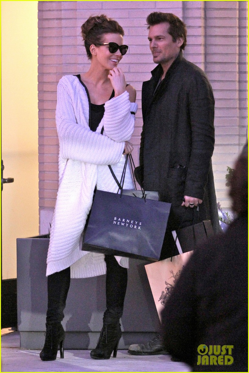 kate beckinsale husband christmas shopping 013266460