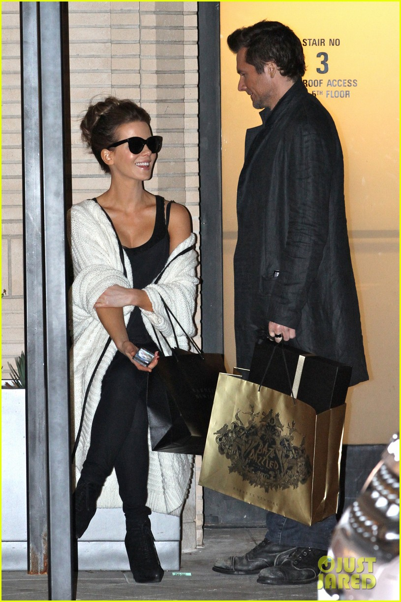 kate beckinsale husband christmas shopping 053266464