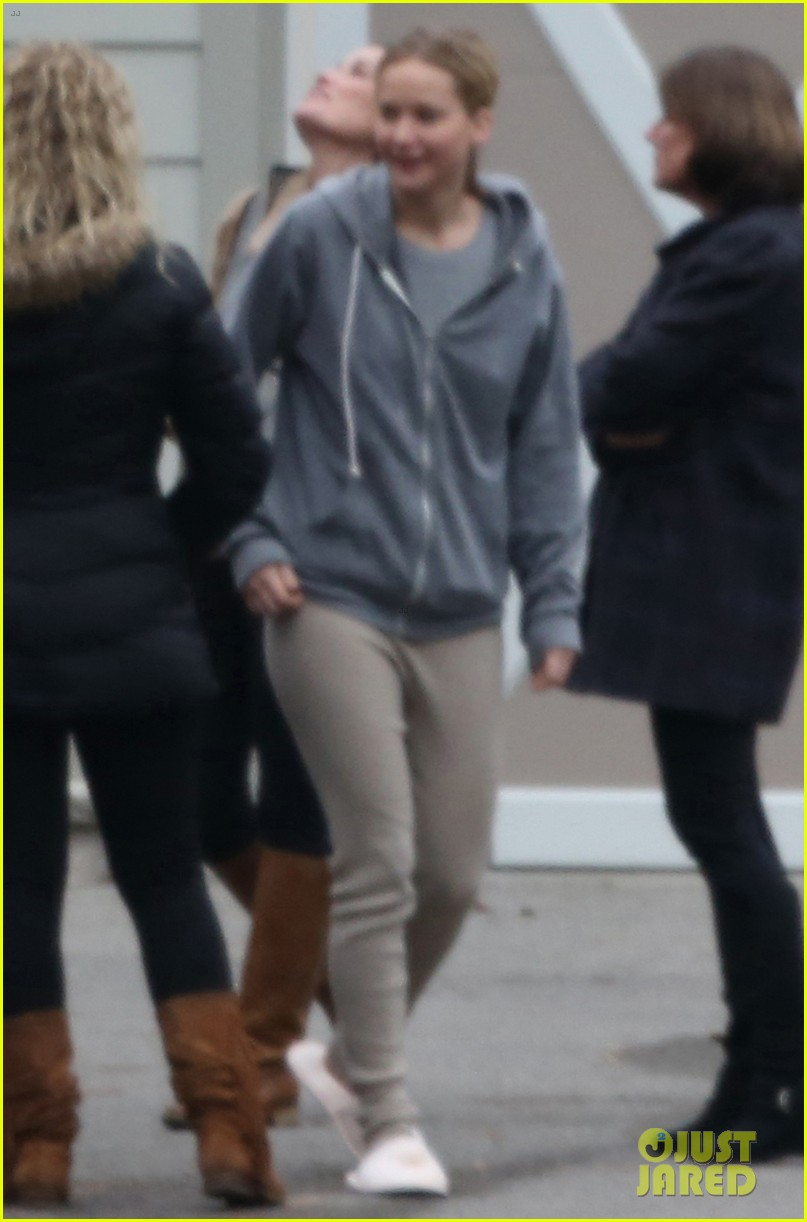 jennifer lawrence keeps comfy in her sweats on thanksgiving day 053252335