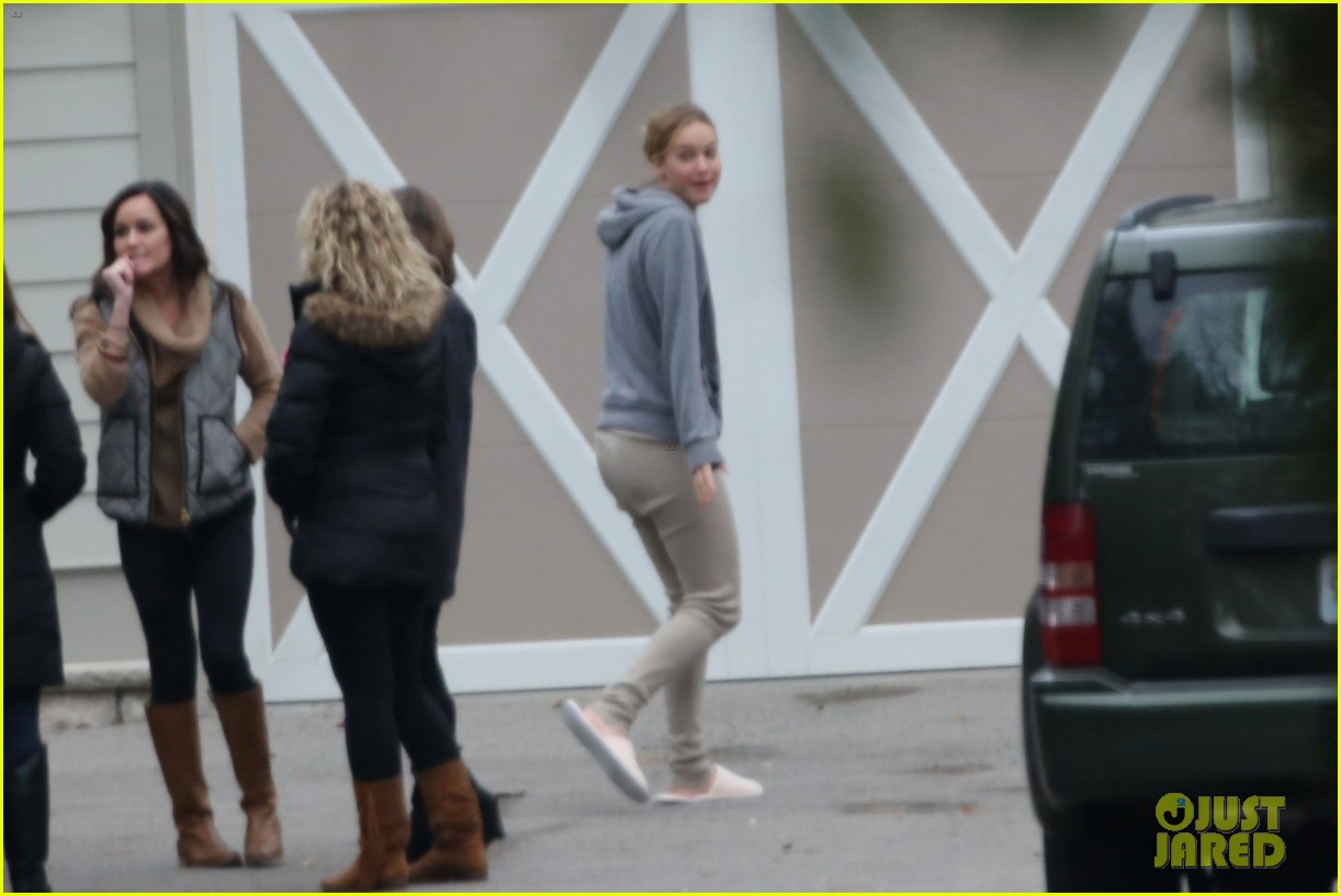 jennifer lawrence keeps comfy in her sweats on thanksgiving day 073252337
