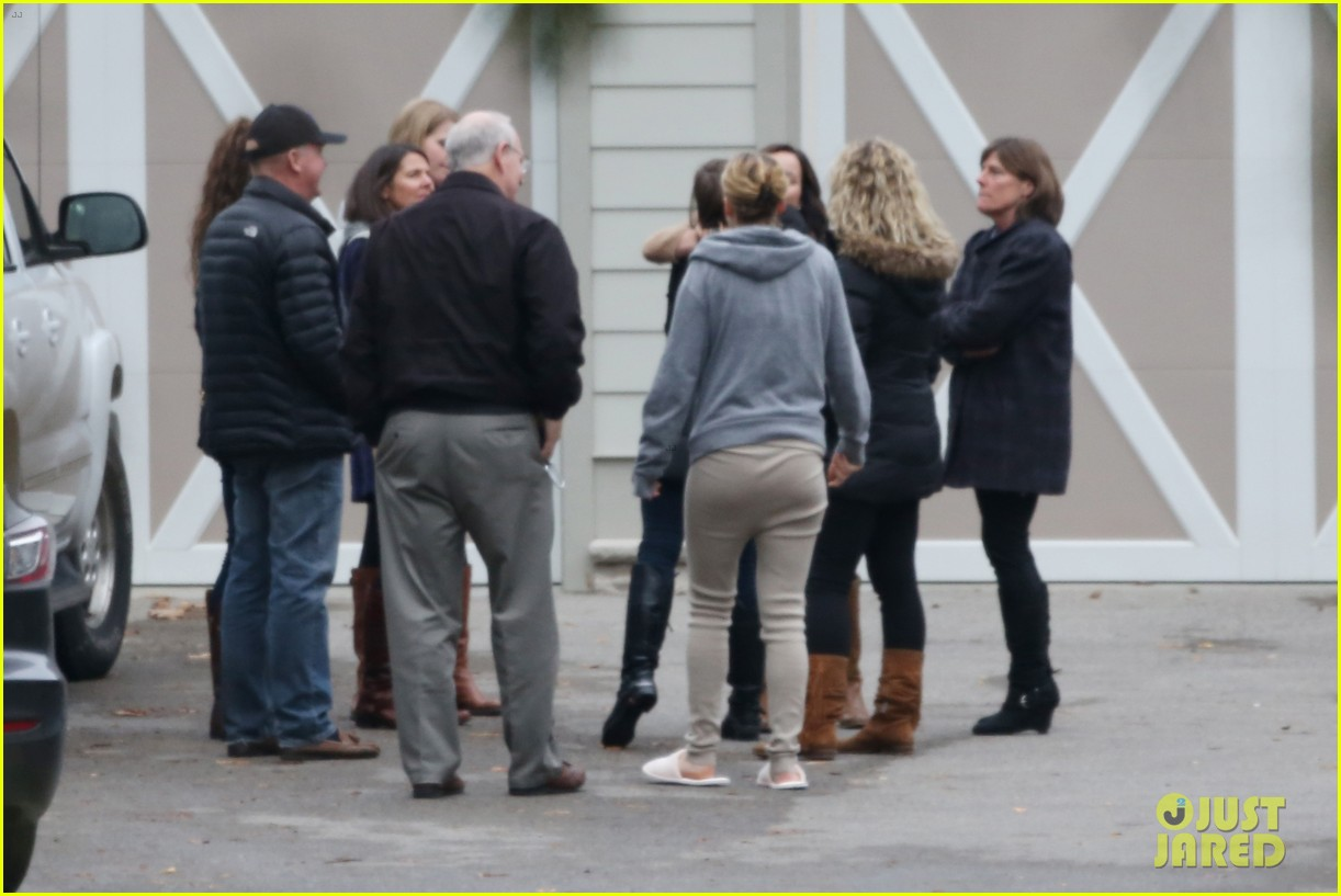 jennifer lawrence keeps comfy in her sweats on thanksgiving day 083252338