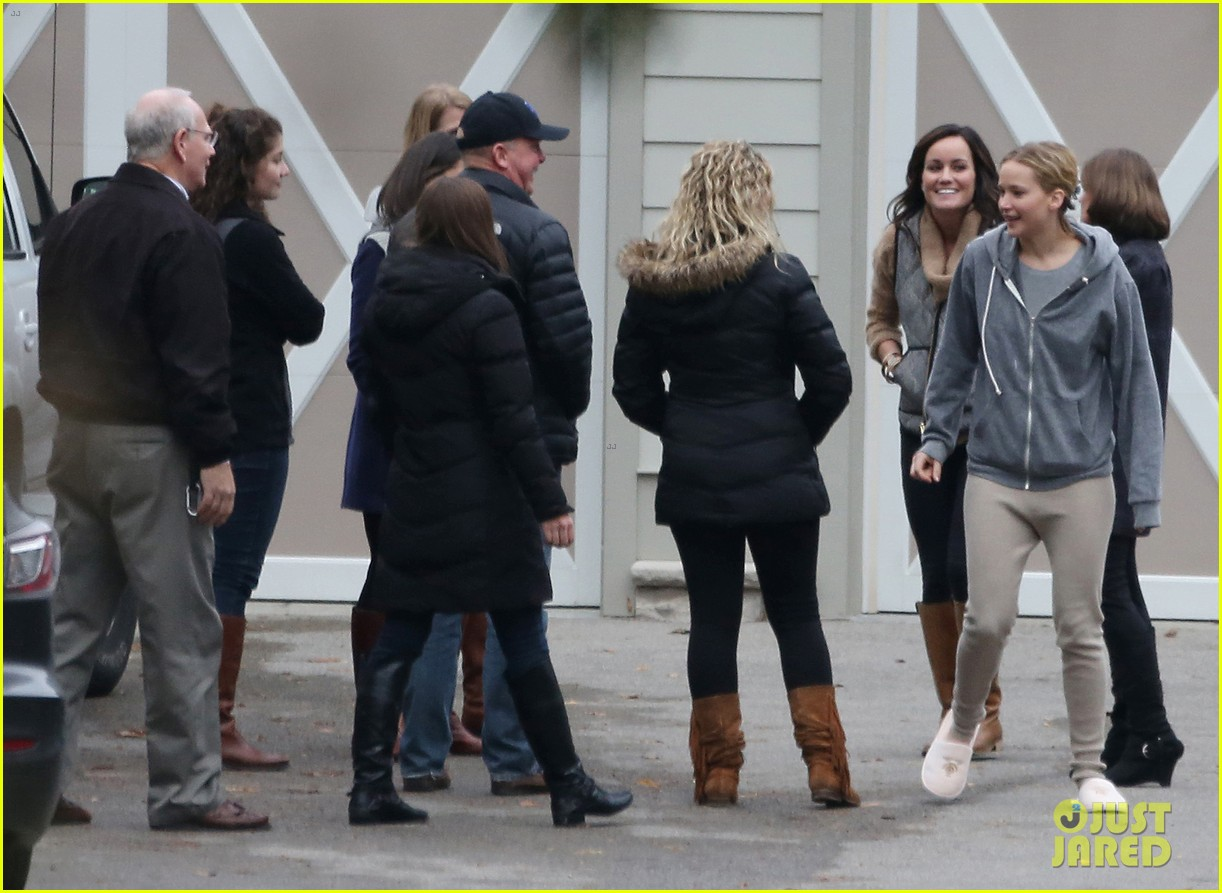 jennifer lawrence keeps comfy in her sweats on thanksgiving day 113252341