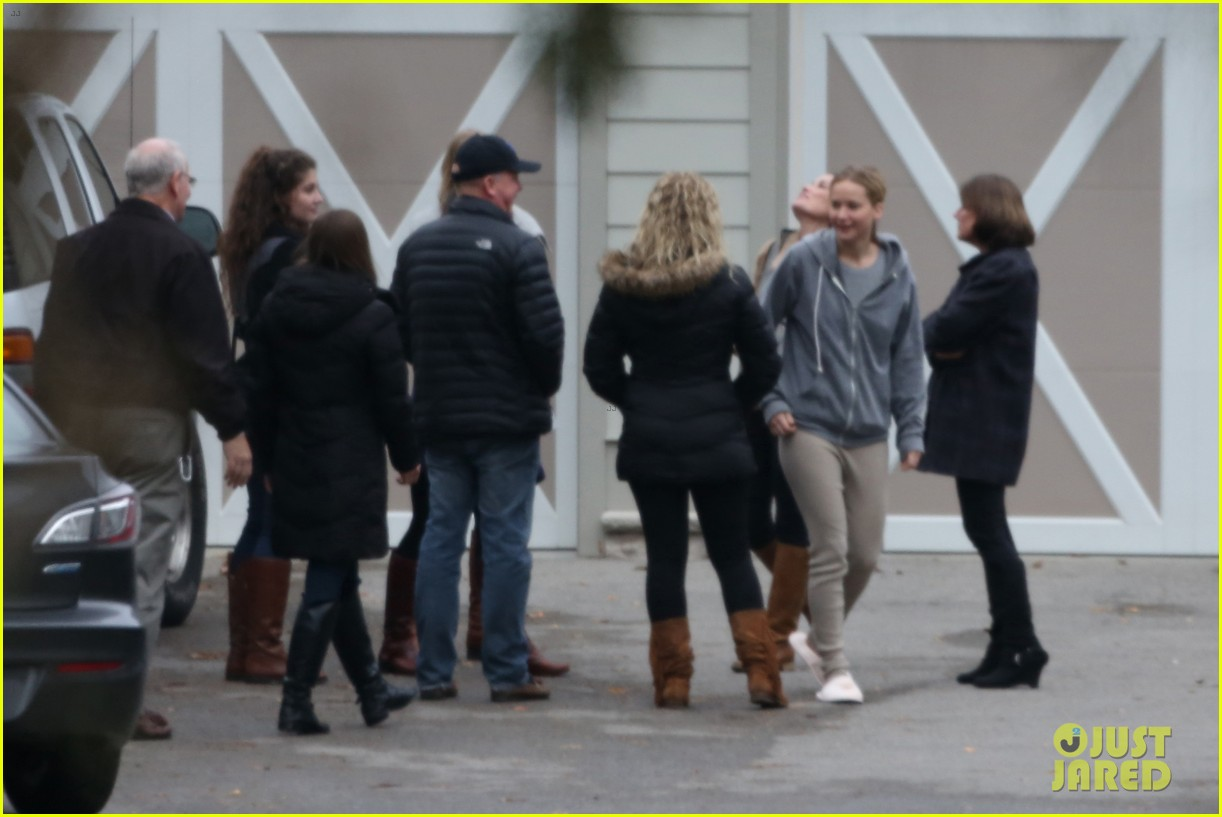 jennifer lawrence keeps comfy in her sweats on thanksgiving day 133252343