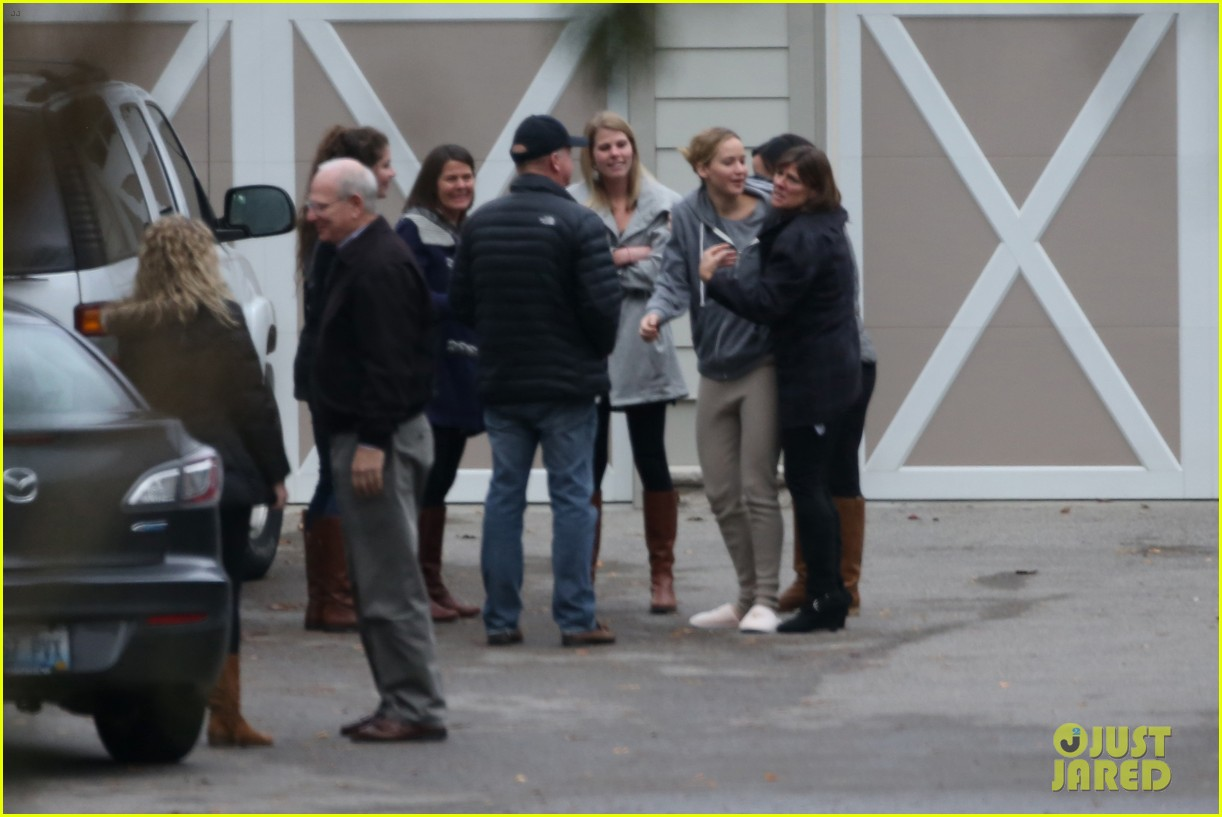 jennifer lawrence keeps comfy in her sweats on thanksgiving day 173252347