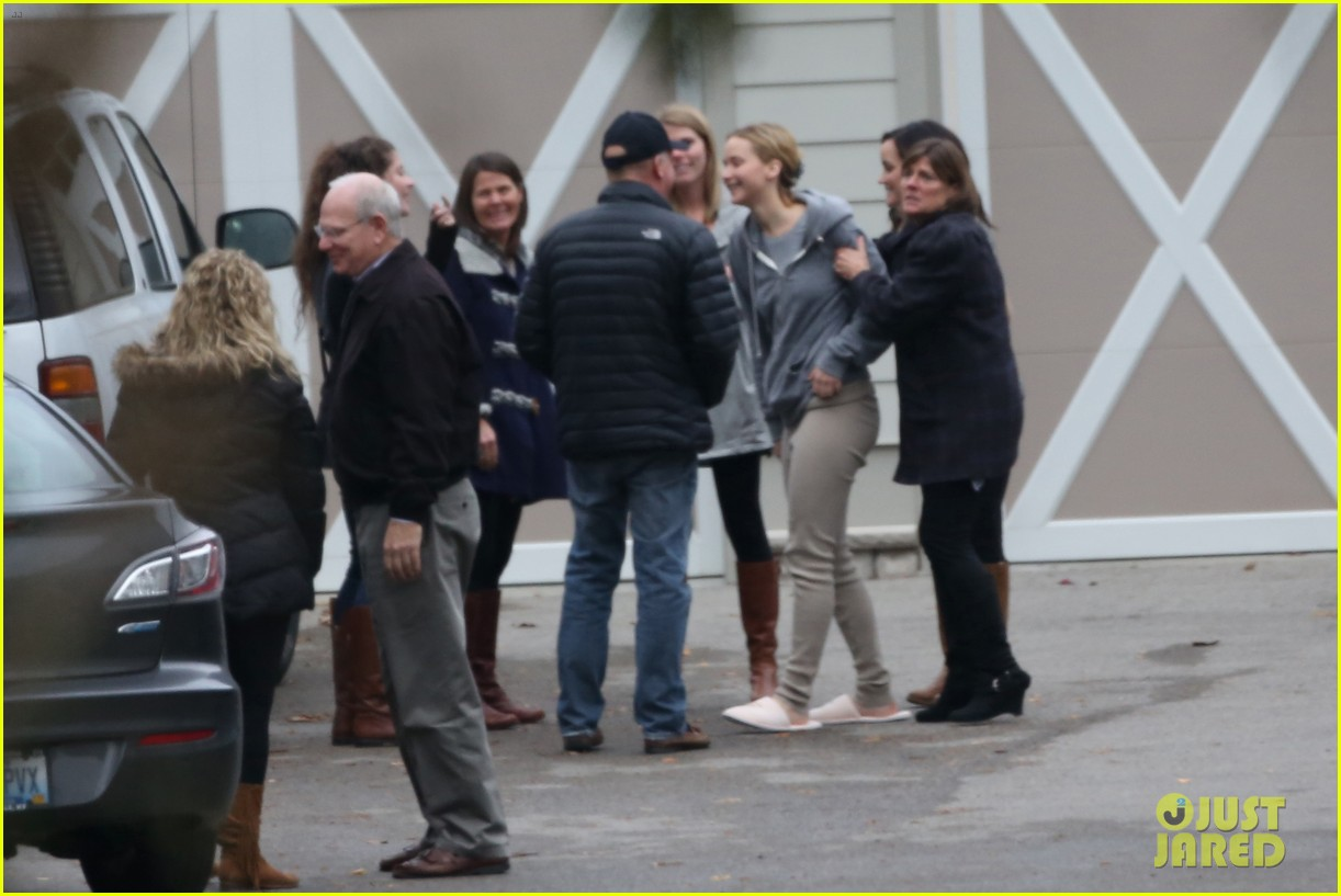 jennifer lawrence keeps comfy in her sweats on thanksgiving day 183252348