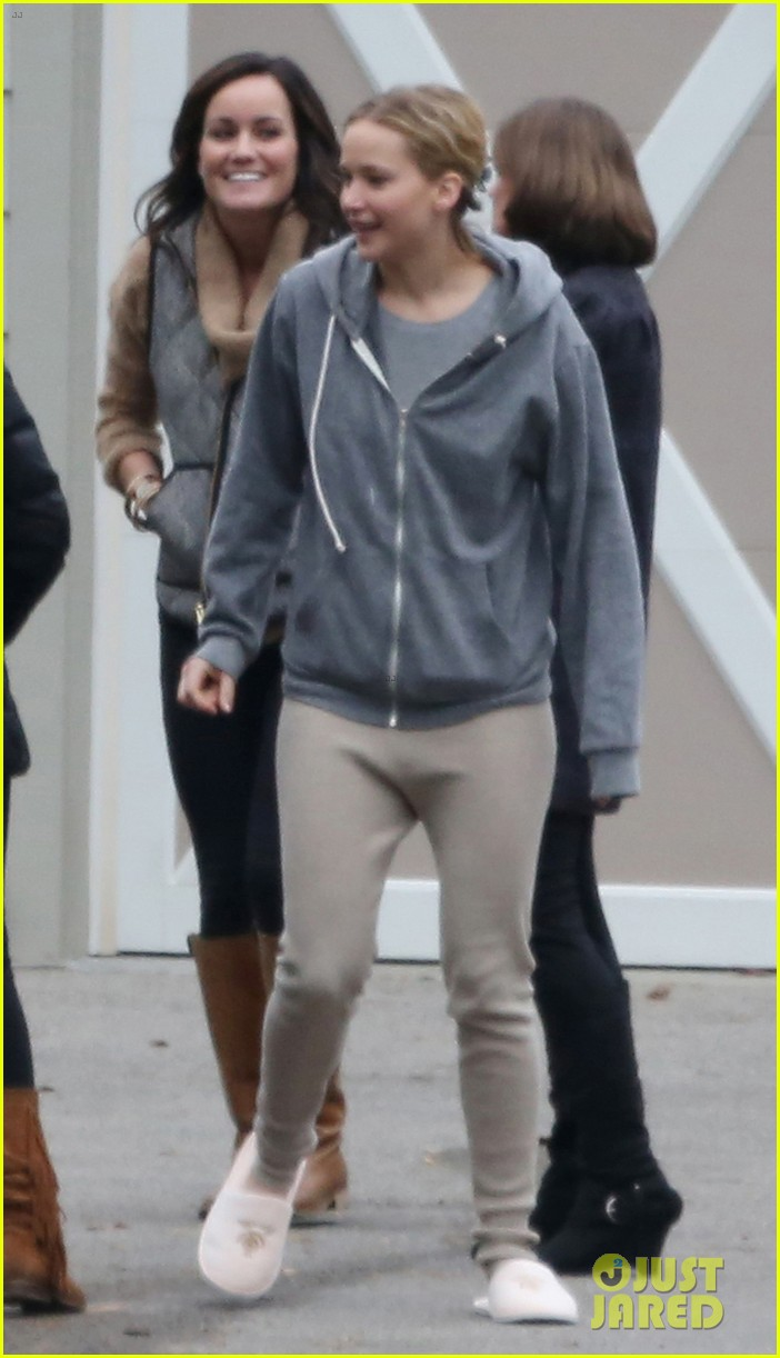 jennifer lawrence keeps comfy in her sweats on thanksgiving day 233252353