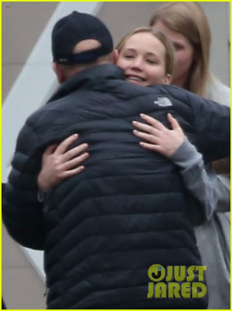 jennifer lawrence keeps comfy in her sweats on thanksgiving day 253252355