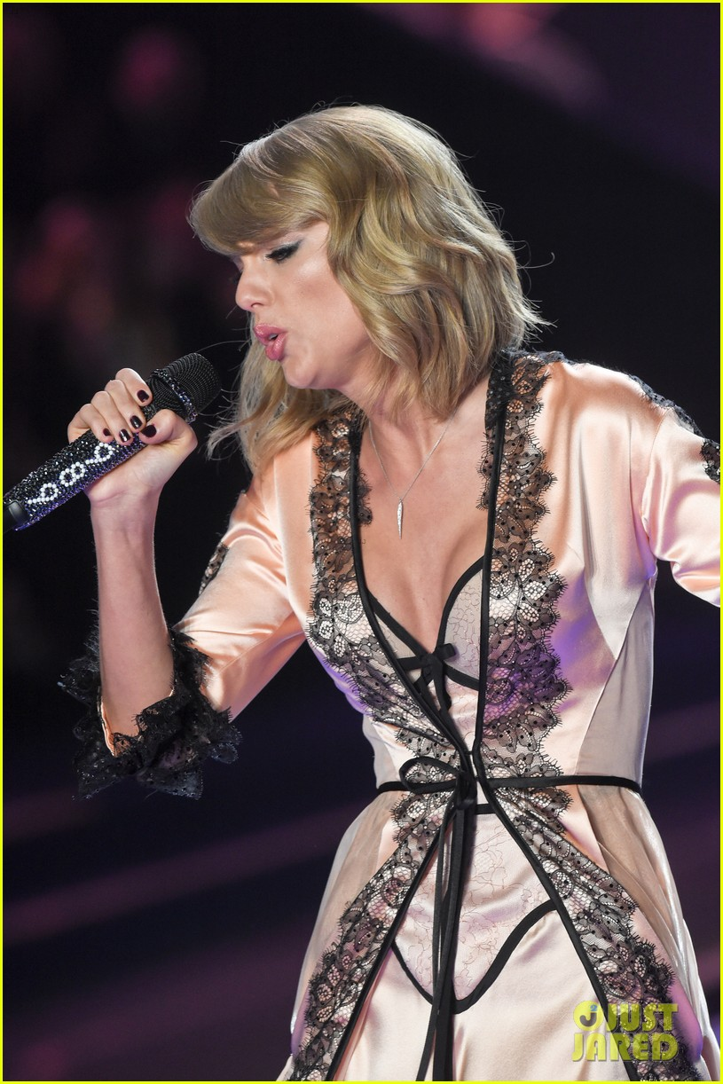 Victoria Fashion Show 2015 Taylor Swift Taylor Swift Makes It Really