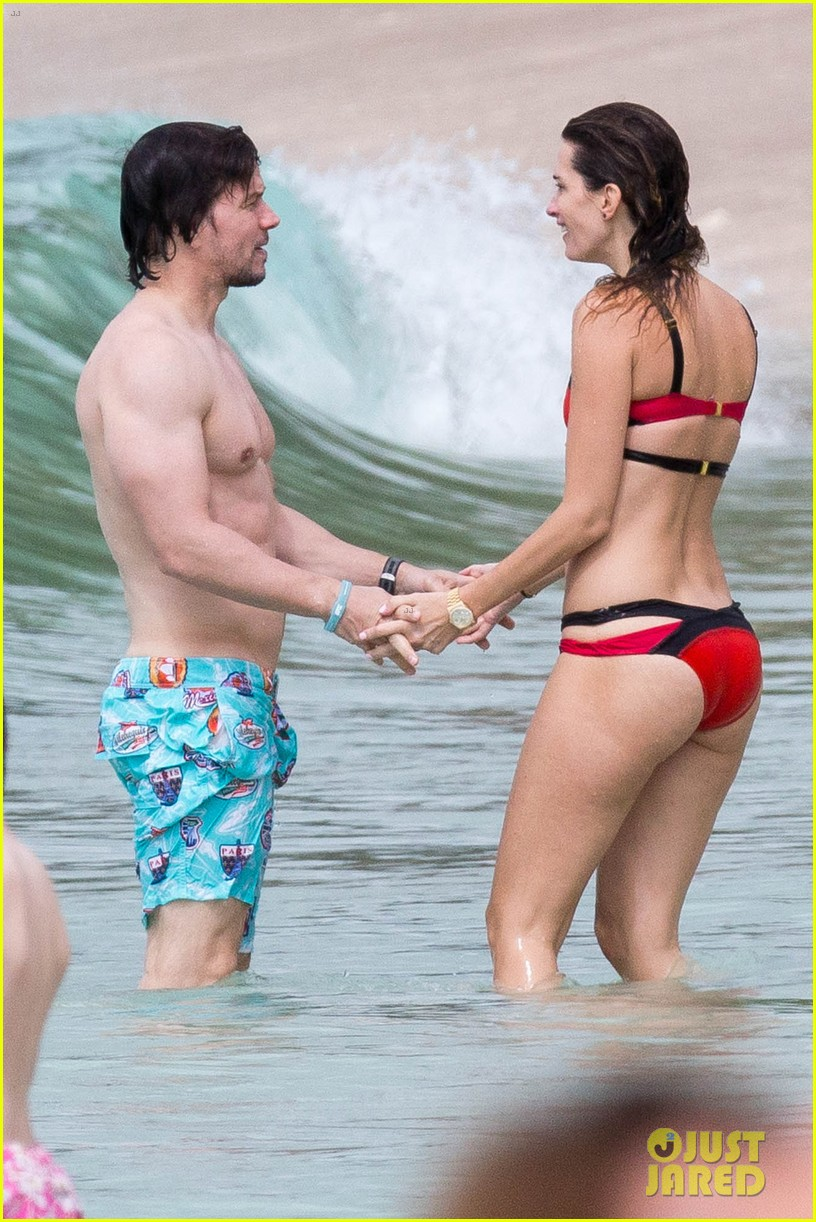 wyfe butt Mark Wahlberg Flashes Butt to Wife Rhea Durham in the Ocean!