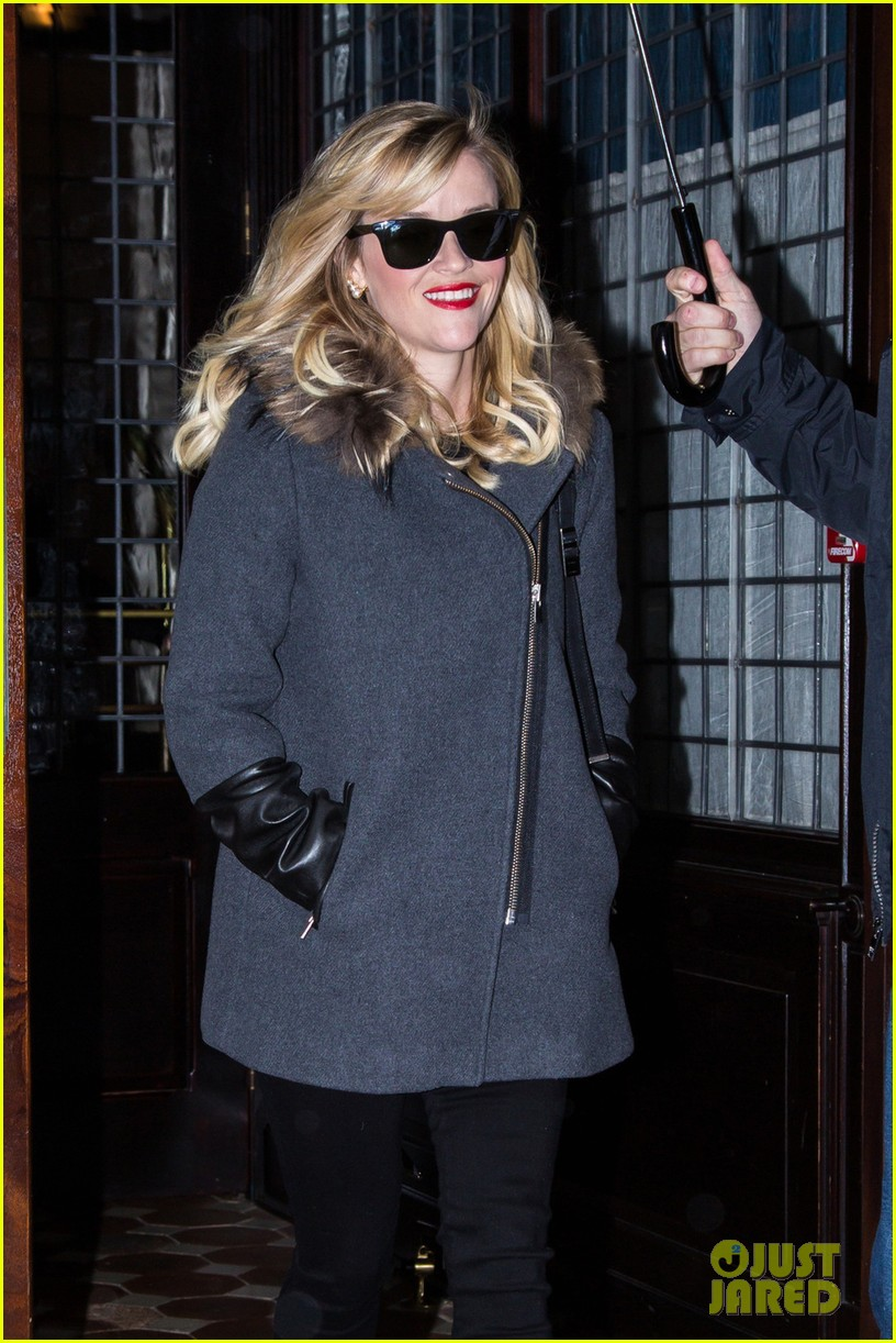 Reese Witherspoon Plays A Game of Random Phrase Christmas Carols ...