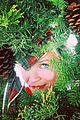 reese witherspoon gets in on mindy kalings wreath witherspoon trend 03