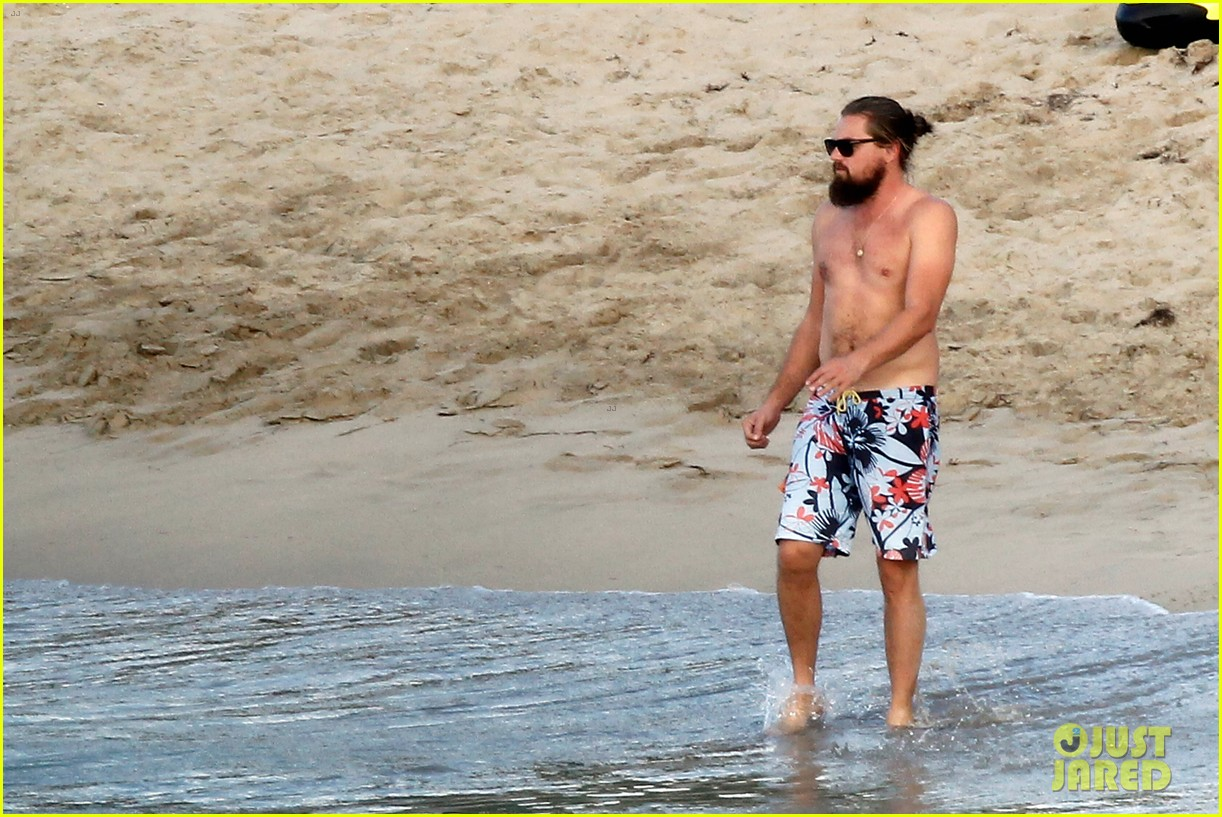 leonardo dicaprio continues st barts trip surrounded by women 123271430