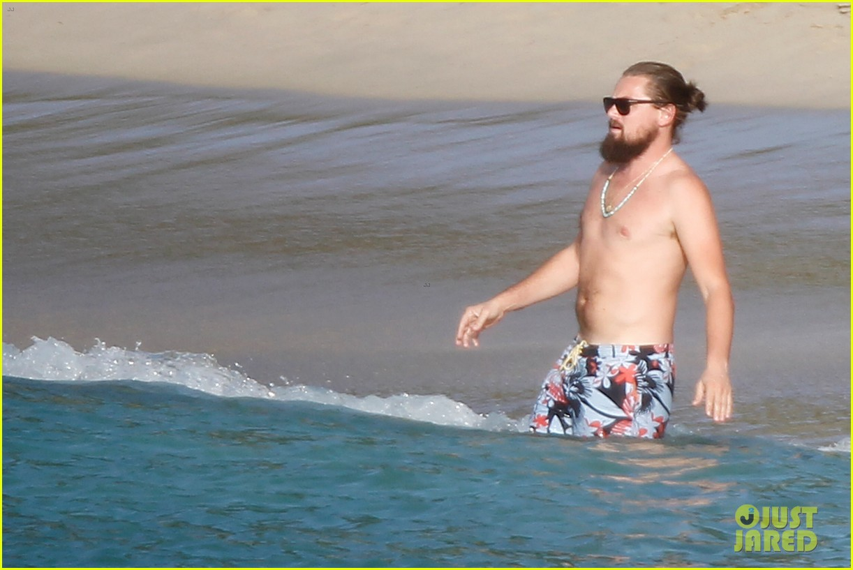 leonardo dicaprio continues st barts trip surrounded by women 363271454