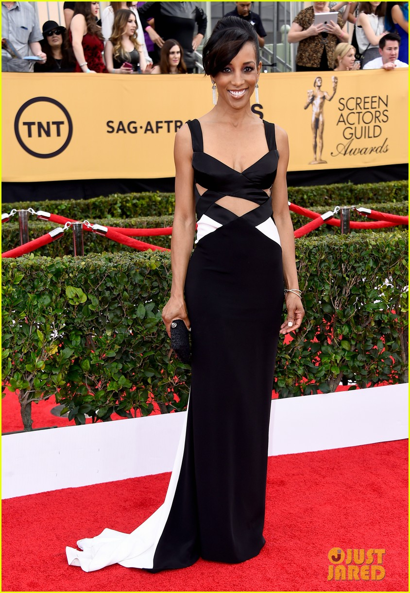 maria menounos goes gold for sag awards 2015 red carpet 053288029