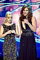 chris pratt joins wife anna faris in peoples choice awards opening 02