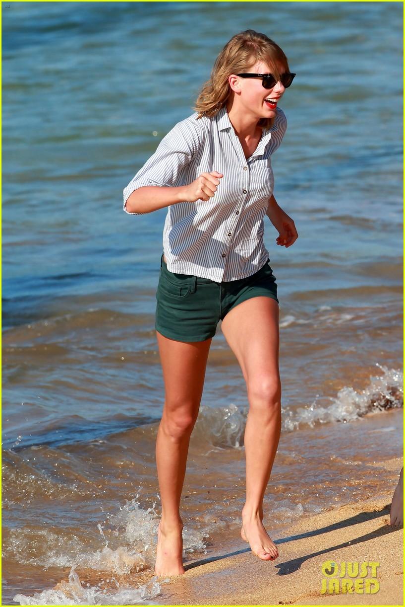 Taylor Swift S Belly Button Baring Beach Day New Bikini Pics Photo 3291811 Alana Haim Bikini Danielle Haim Este Haim Haim Taylor Swift Pictures Just Jared