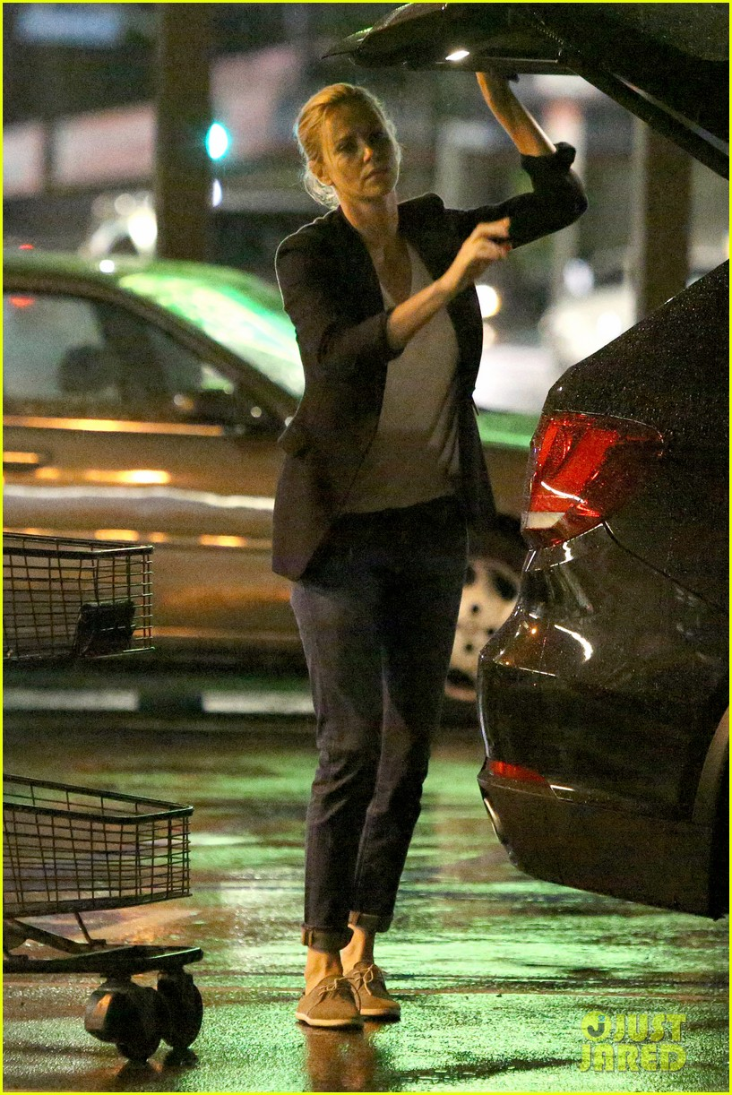 charlize theron flips off paparazzi 033289454