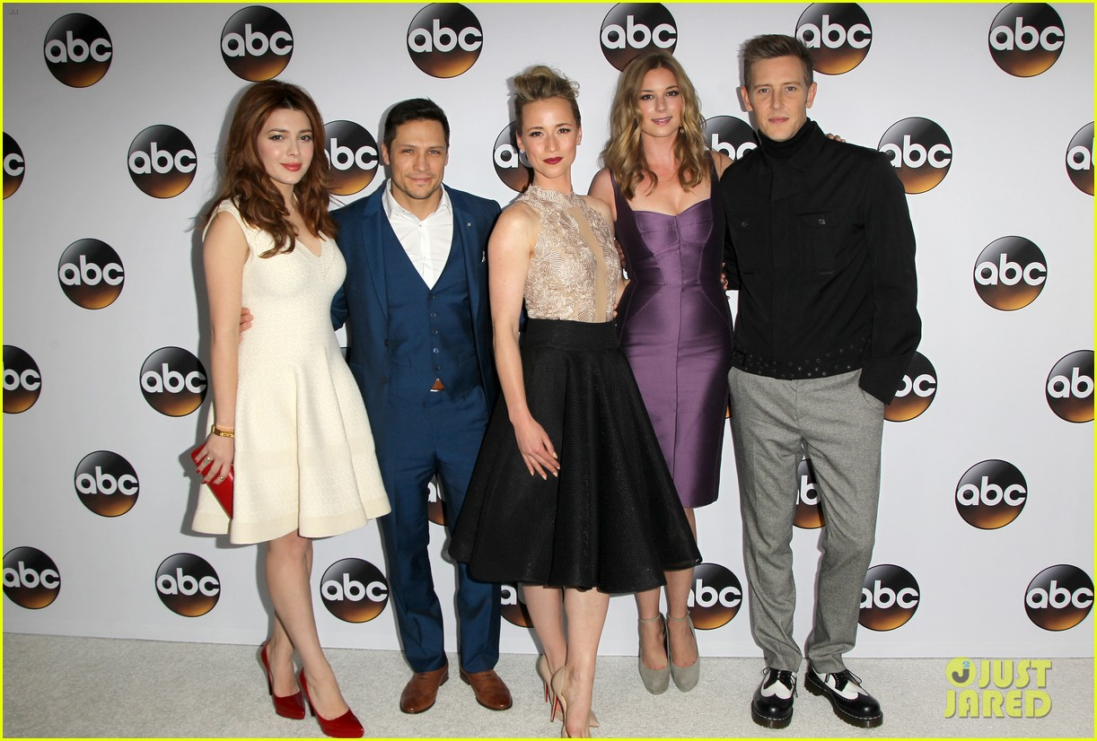 emily vancamp gets dolled up with revenge cast for tca press tour 193281125