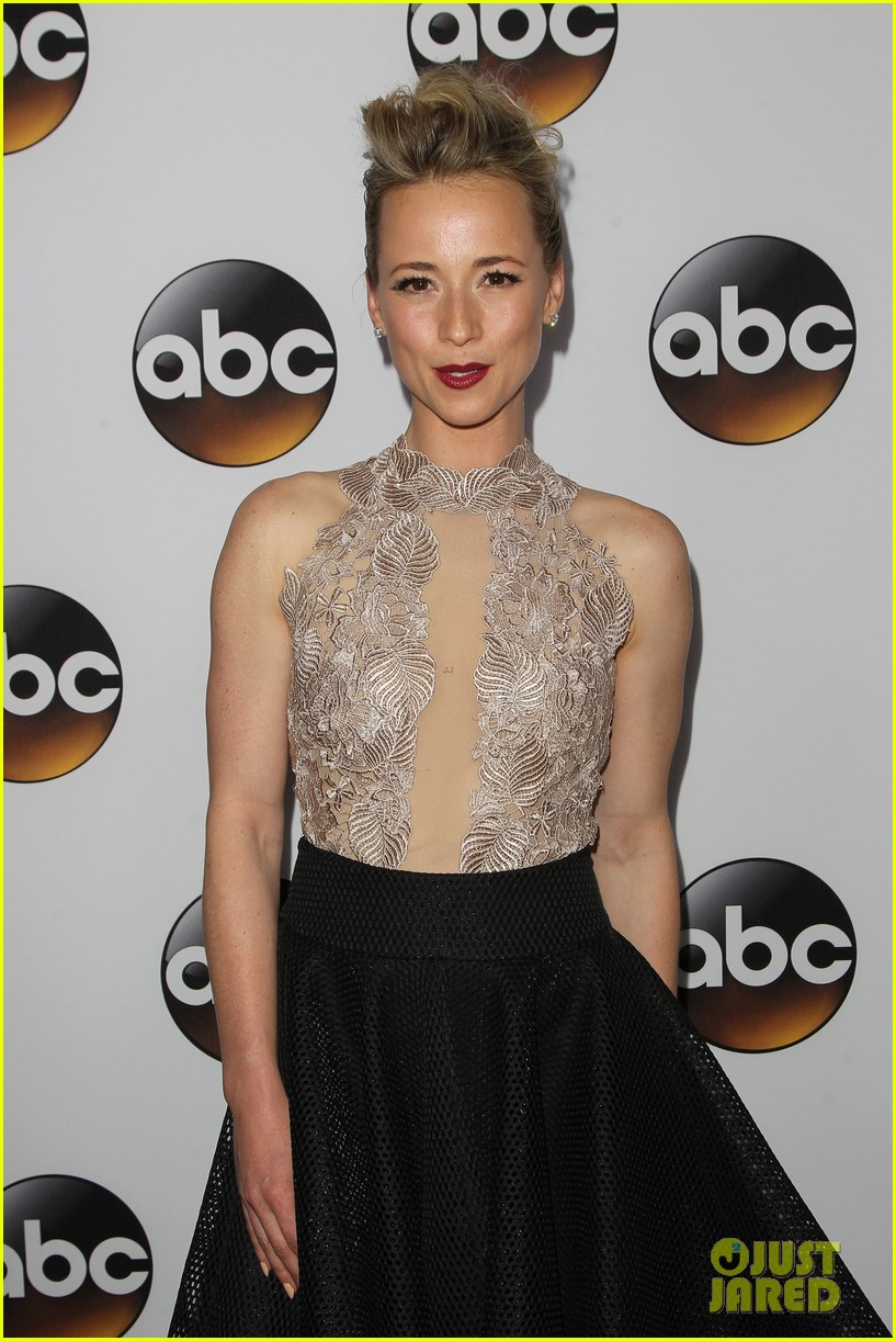 emily vancamp gets dolled up with revenge cast for tca press tour 223281128