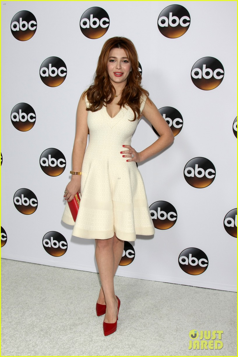 emily vancamp gets dolled up with revenge cast for tca press tour 333281139