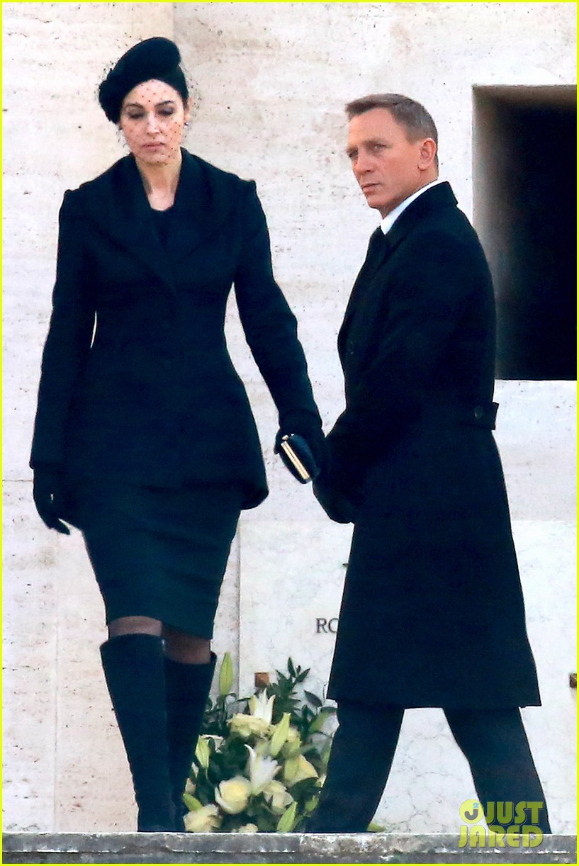 Daniel Craig Dresses In Clic James Bond Suit For Spectre Filming