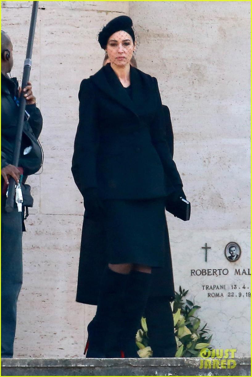 Daniel Craig Dresses In Classic James Bond Suit For Spectre