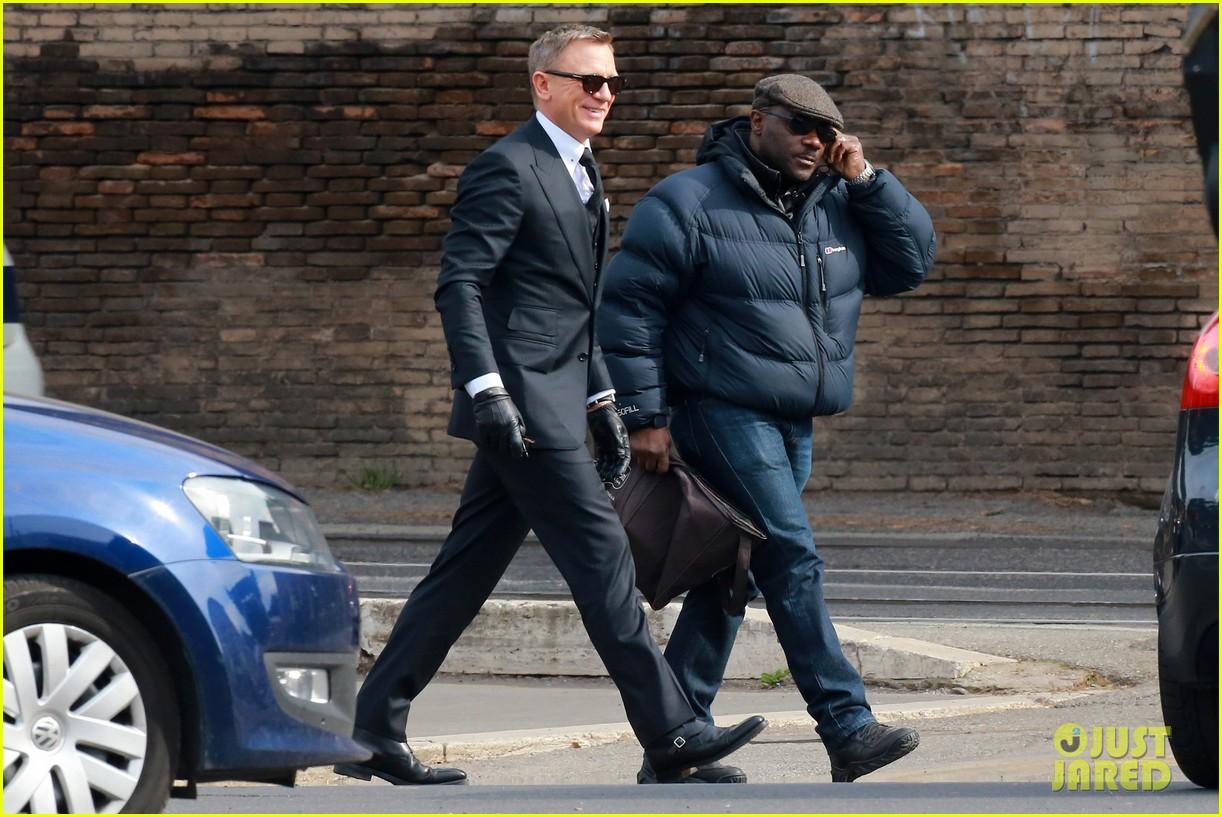 Daniel Craig Looks Sua...