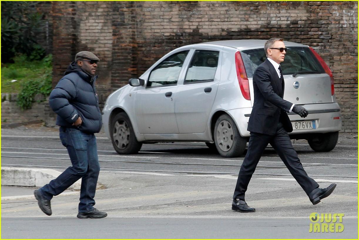 Daniel Craig Looks Suave as James Bond on 'Spectre' Set Daniel Craig
