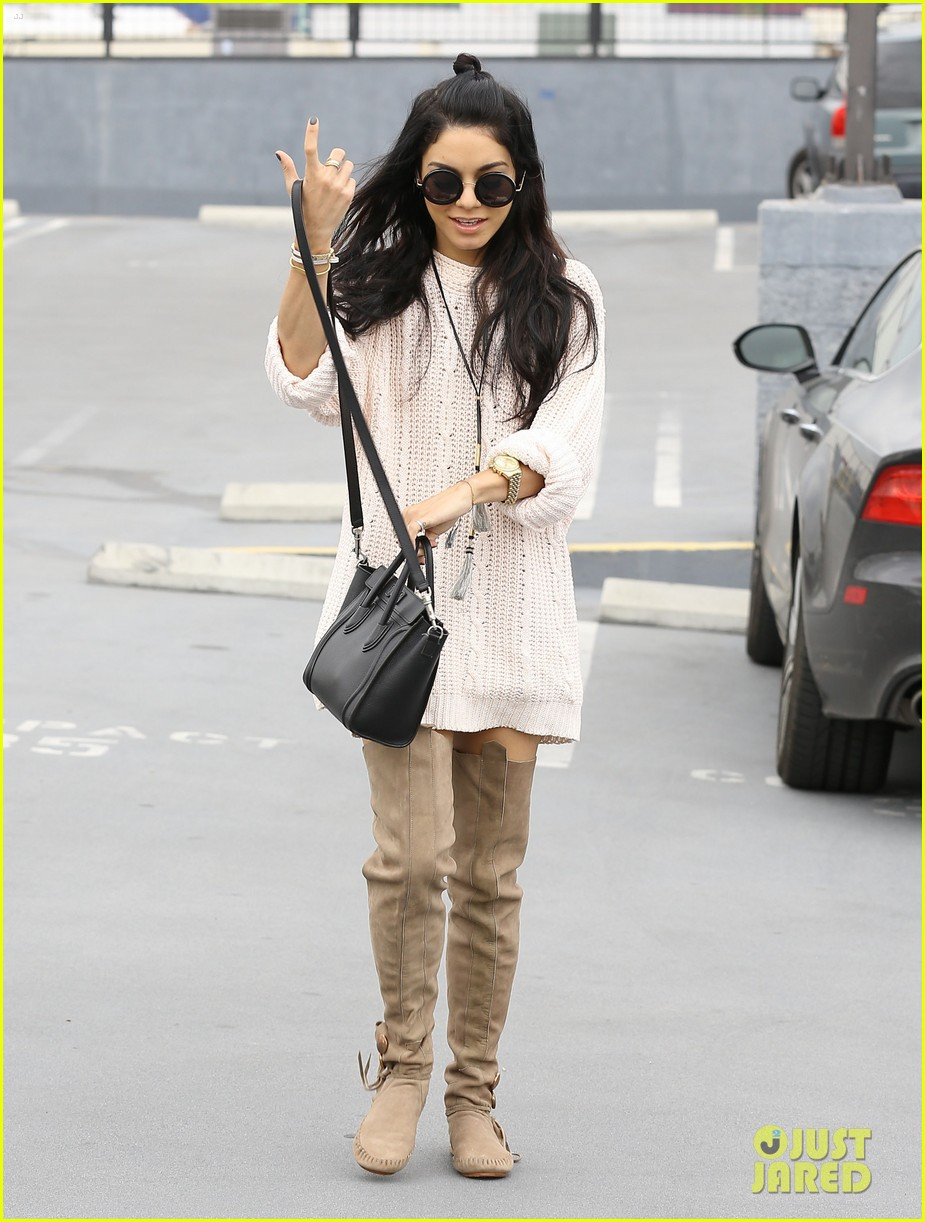 vanessa hudgens errands weighs in blue dress debate 12
