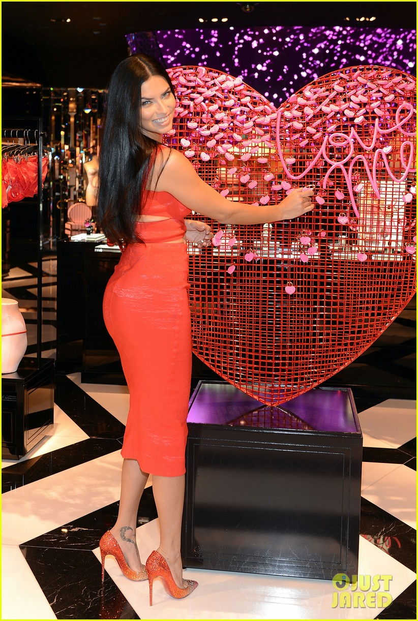 adriana lima red hot cleavage baring dress 073295169