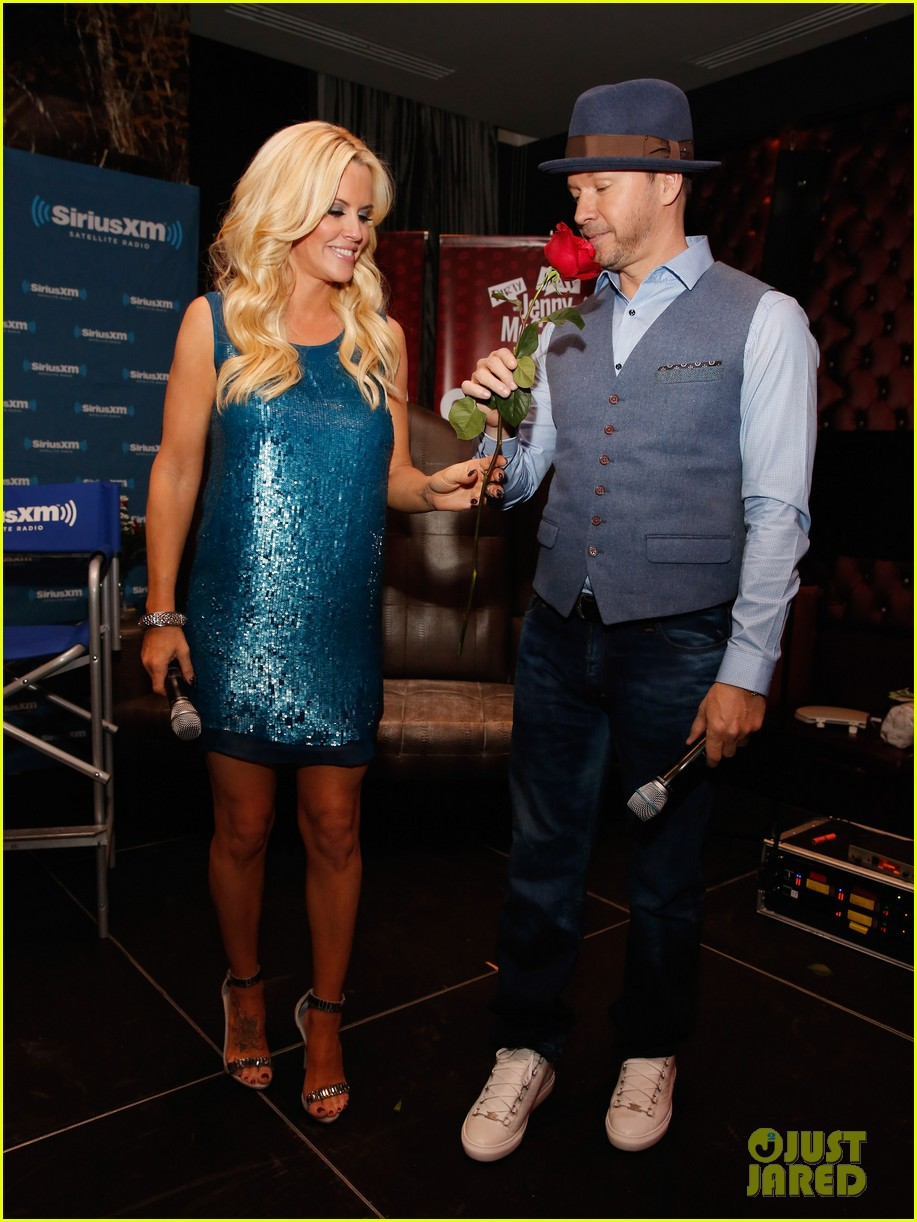 jenny mccarthy hosts singled out again with hubby donnie wahlberg 013303790