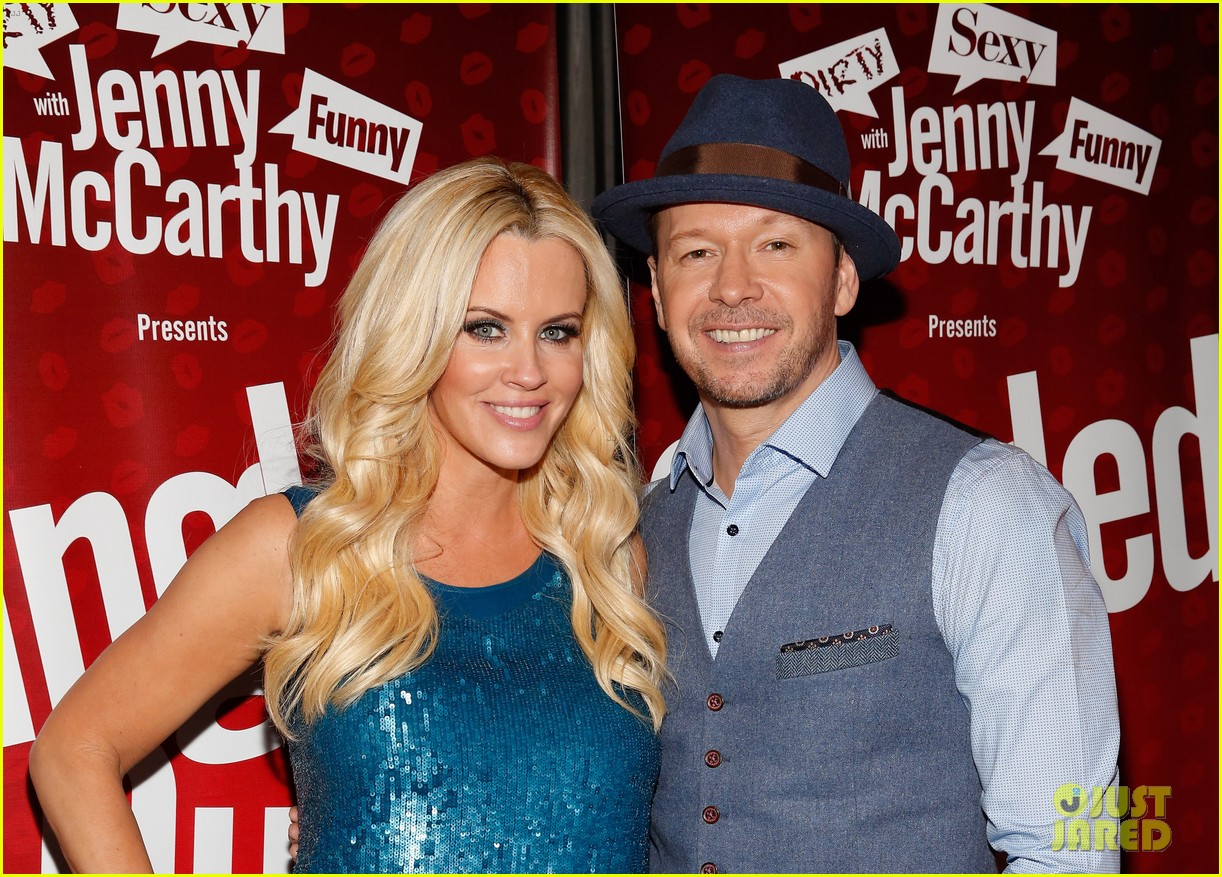 jenny mccarthy hosts singled out again with hubby donnie wahlberg 023303791