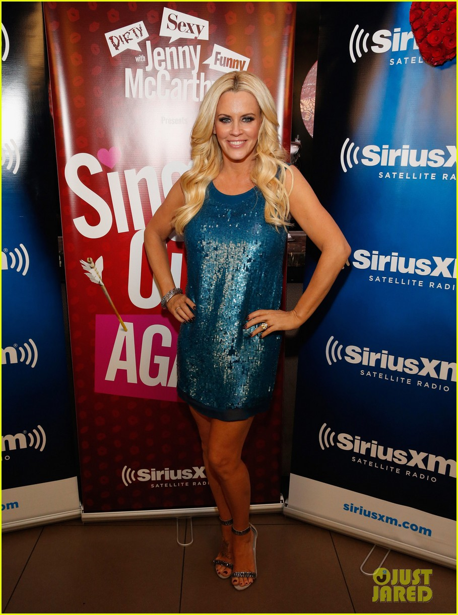 jenny mccarthy hosts singled out again with hubby donnie wahlberg 043303793
