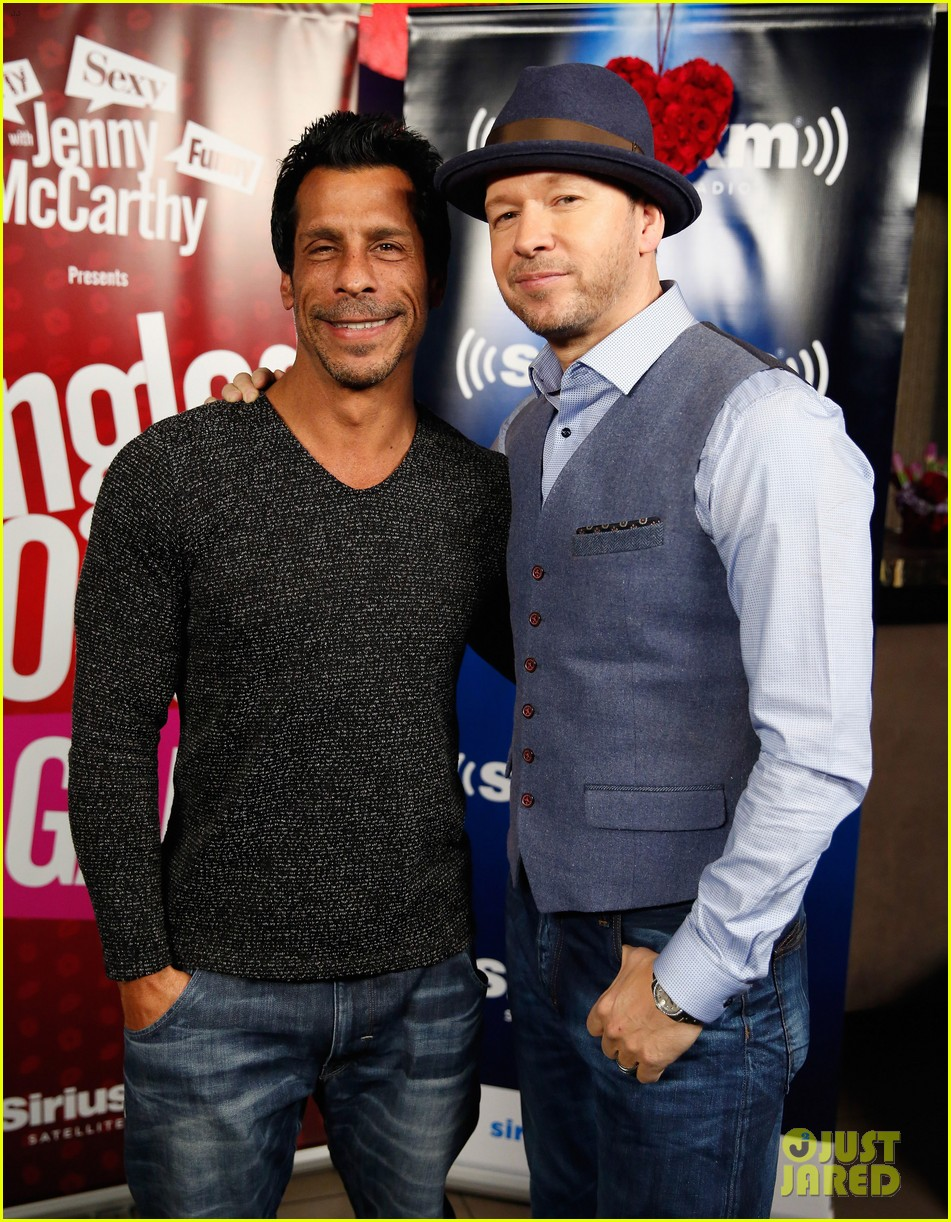 jenny mccarthy hosts singled out again with hubby donnie wahlberg 073303796