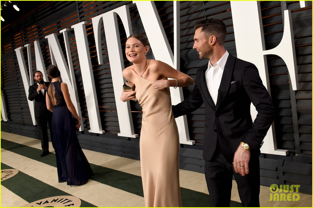 adam levine hides behati prinsloos nip slip at oscars party 053312516