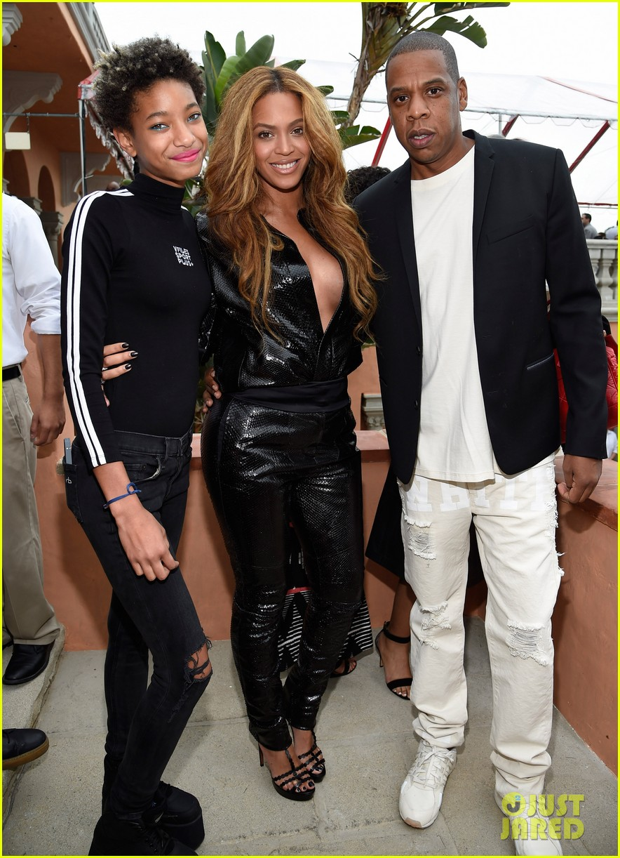 beyonce shows off clevage at roc nation party 033298381