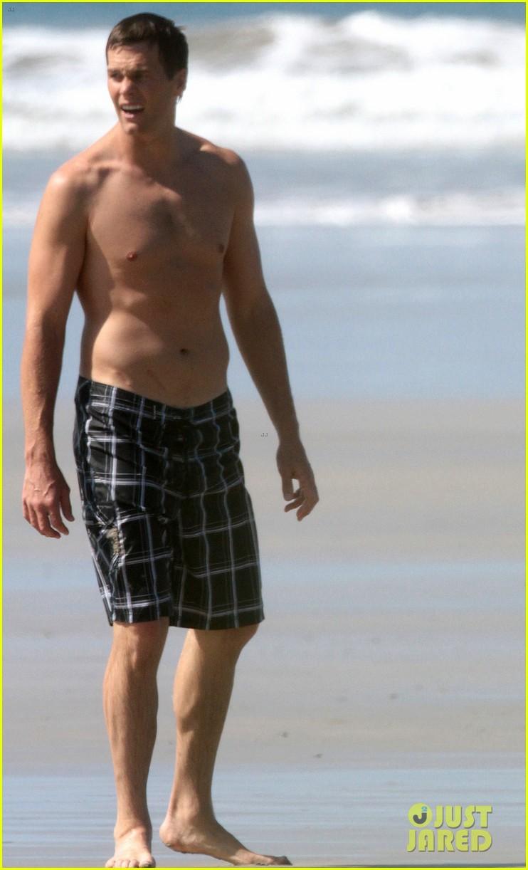 tom brady goes shirtless for costa rica beach stroll 113331842