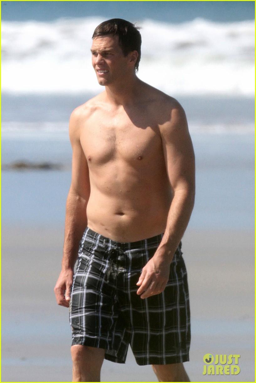 tom brady goes shirtless for costa rica beach stroll 123331843