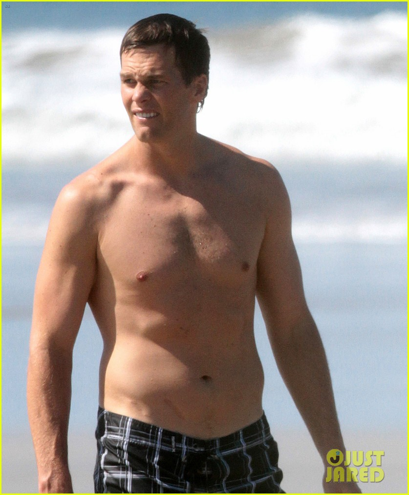 tom brady goes shirtless for costa rica beach stroll 133331844