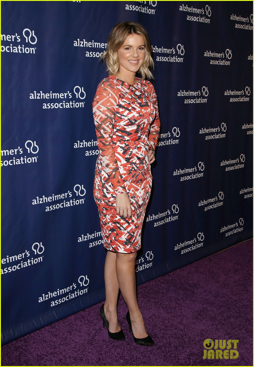 kaley cuoco sister briana big bang theory cast help benefit alzheimers 653329383