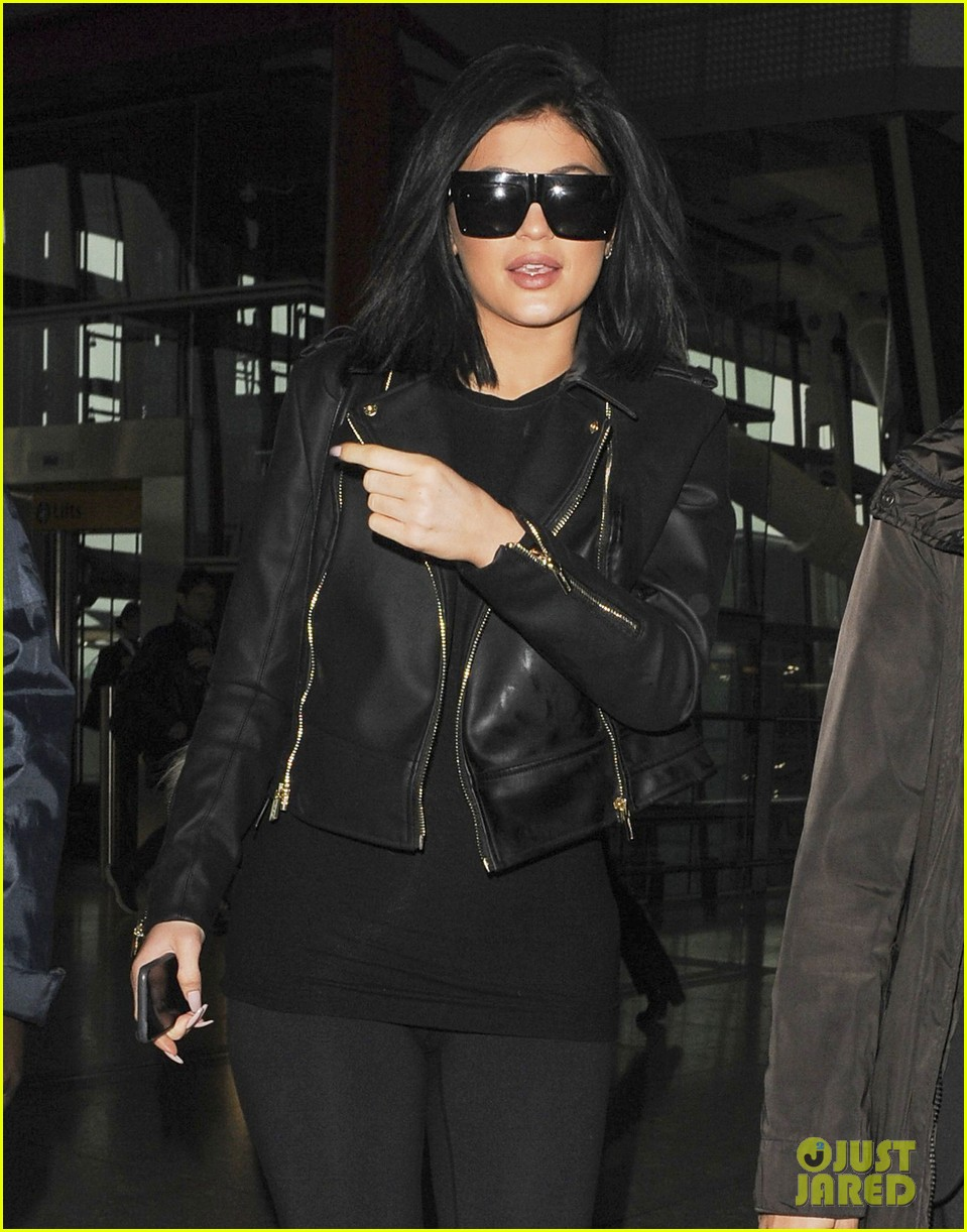 a07c8fd5675 Kylie Jenner Leaves London Ahead of  KUWTK  Premiere  Photo 3326448 ...