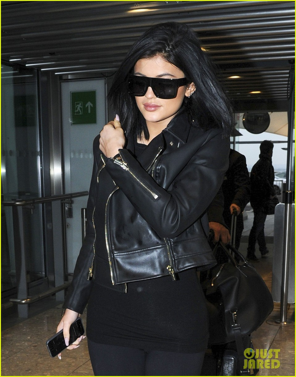 f8d70f4dad6 Kylie Jenner Leaves London Ahead of  KUWTK  Premiere  Photo 3326454 ...