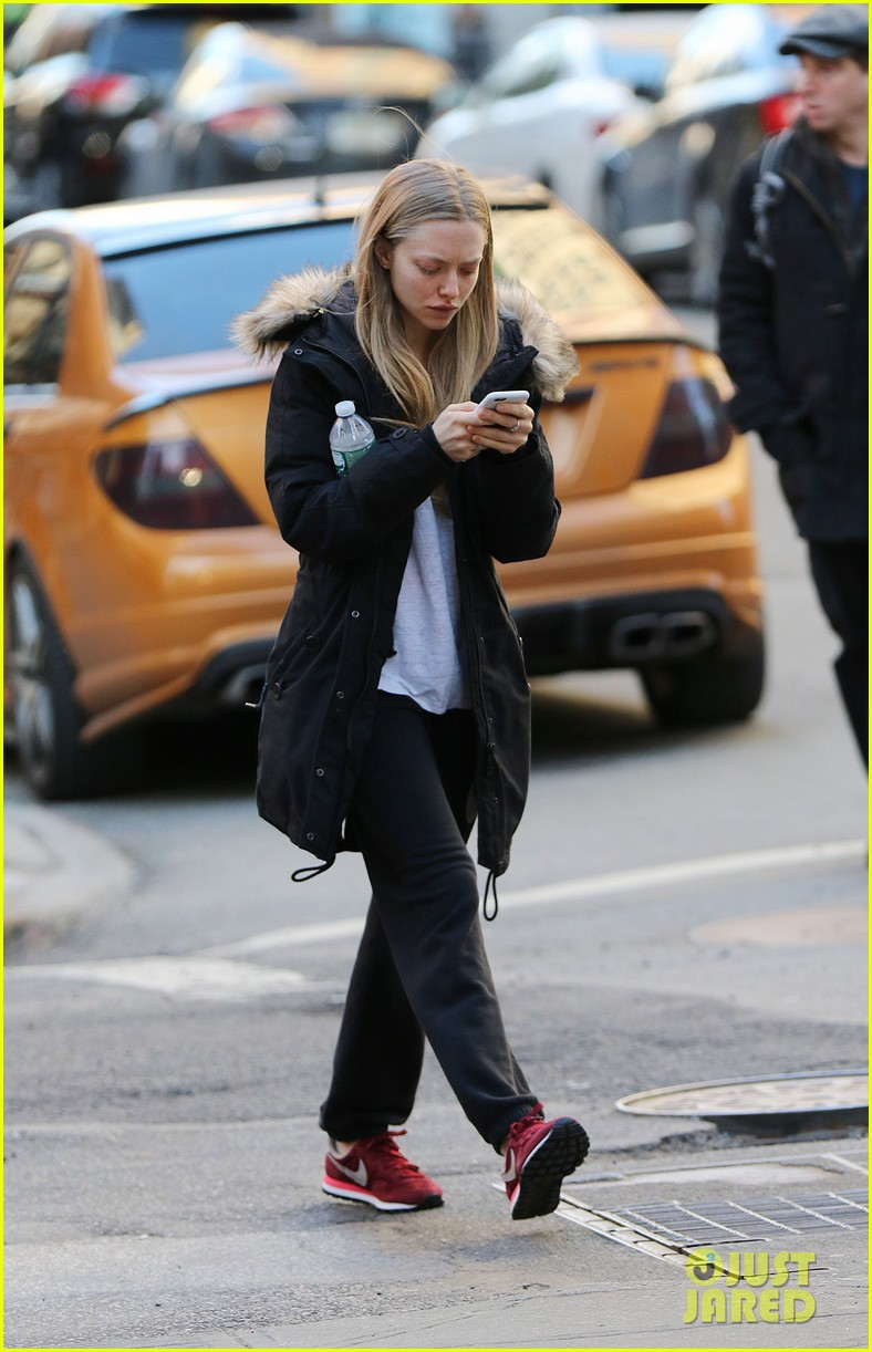amanda seyfried texting while walking nyc 053331562