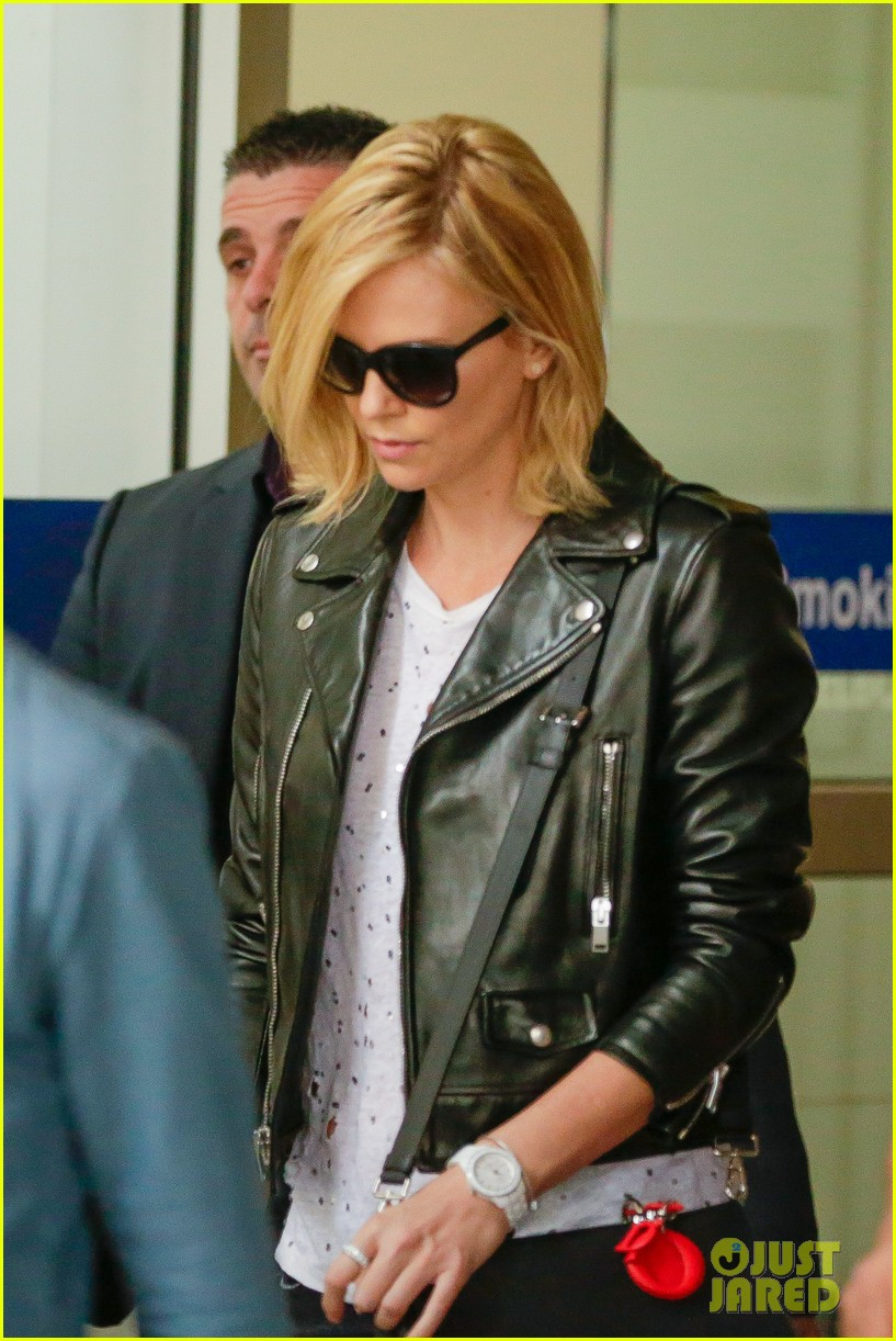 charlize theron epitome of cool airport 023325986