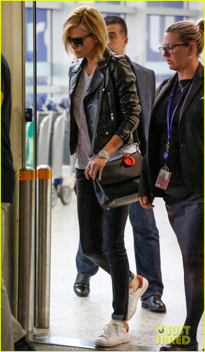 charlize theron epitome of cool airport 053325989