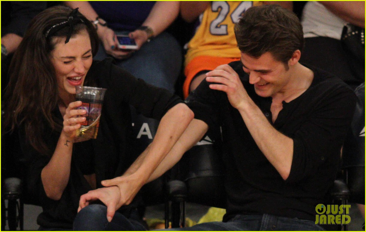 Paul Wesley & Phoebe Tonkin Kiss Courtside at the Lakers ...